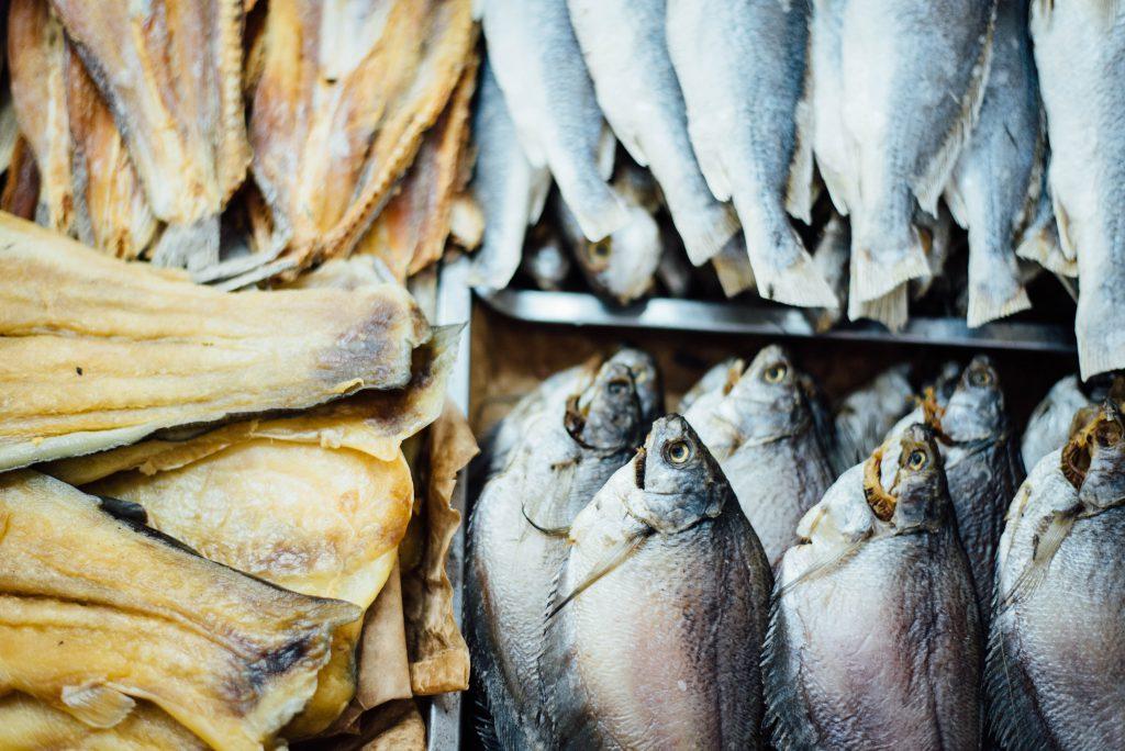 Cá khô được kiểm tra trước khi đưa đến tay người tiêu dùng