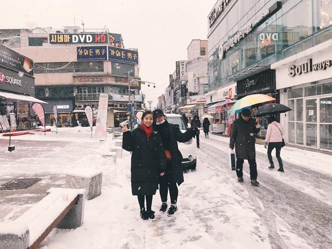 Du học sinh chụp ảnh tại Hàn Quốc