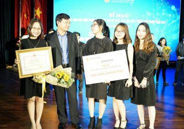 """Nhóm Chirtoson trong lễ trao giải cuộc thi """"SV.STARTUP"""" năm 2018"""