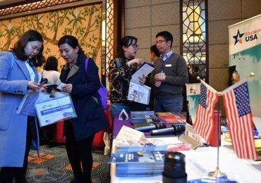 Tại cuộc triển lãm giáo dục Mỹ tại Tổng lãnh sự quán Mỹ ở tỉnh Tứ Xuyên - Trung Quốc. Ảnh:China Daily