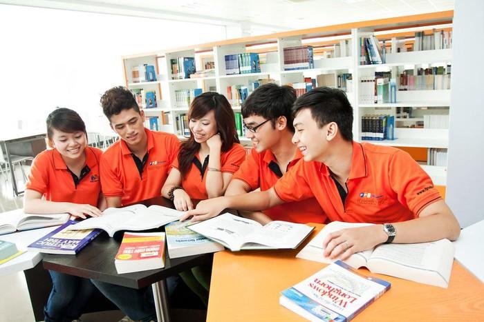Sinh viên đại học FPT đang học tập nhóm