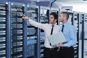 Một nhóm các kỹ sư trẻ đang kiểm tra hệ thống máy chủ